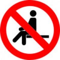 Prepovedano sedenje - znak